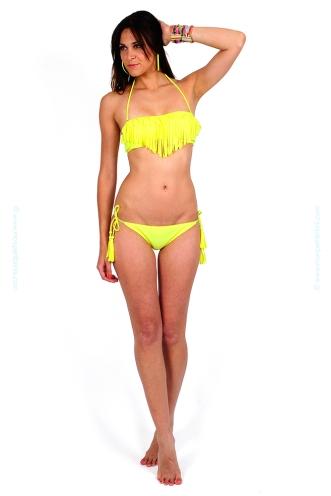 d172a-jaune-maillot-de-bain-femme-deux-pieces-pas-cher-bandeau-culotte-bikini-noeud-frange-fluo-tendance-été-2013-petit-prix-budget