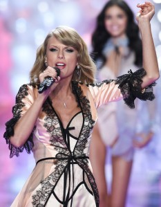 Taylor-Swift-sur-la-scene-du-defile-Victoria-s-Secret-2014_visuel_galerie2_ab